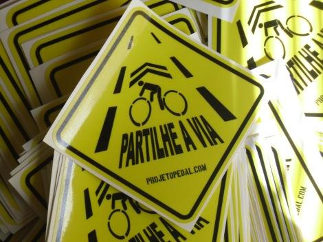 """Autocolantes do movimento """"Partilhe a Via"""" promovido pelo projetopedal.com"""