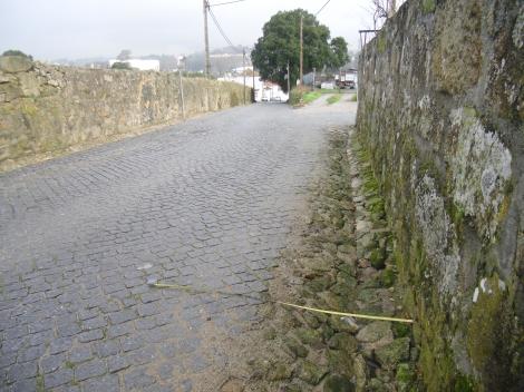 Estrada com valeta. A diferença do ponto de referencia para automobilista e ciclista aqui é de quase 1 metro.