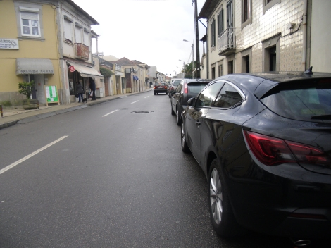 E o perigo de pedalar junto a automoveis estacionados. Quando é que se abre uma porta?