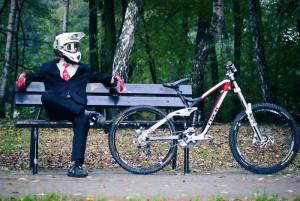 Por mais dinheiro que tenha no banco e por melhor que vista, se vai de bicicleta para o trabalho é pobre!