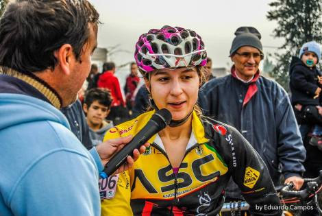 """Joana Monteiro - Campeã Nacional de XCO na categoria Sub23 com o equipamento oficial da equipa da União Ciclista de Vila do Conde com a mensagem """"Partilhe a Via"""" na manga esquerda."""