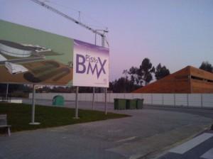 Fotografia de cartaz de promoção da Pista Olimpica da Anadia e da já construida rampa de lançamento.