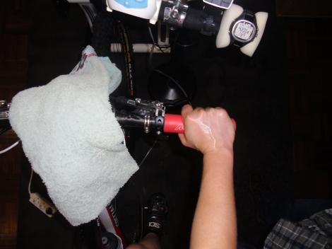 Exemplo de um pulso ligeiramente torcido a exercer pressão sobre a articulação.