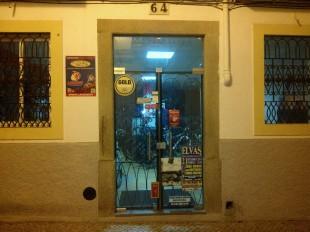 A porte de entrada da loja, numa das ruas do centro histórico.