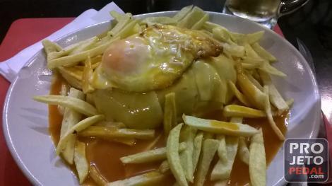 A Francesinha é um dos pratos mais caracteristicos do Porto.
