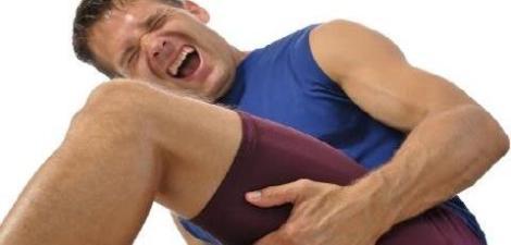 A caimbra é uma contração involuntária do músculo provocando uma forte dor. E embora não haja um concenso, há 4 principais teorias que procuram explicar o fenómeno: Metabolica, desidratação, eletrolitica e ambiental. O que as 4 tem em comum, é o facto de coexistir o fator défice de água no sistema.