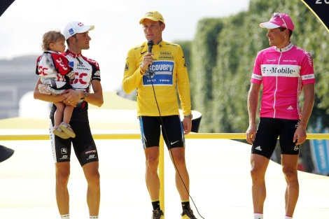 24 July 2005 92nd Tour de France Stage 21 : Corbeil-Essonnes - Paris 1st : ARMSTRONG Lance (USA) Discovery Channel, 2nd : BASSO Ivan (ITA) CSC, with his daughter Domitilla 3rd : ULLRICH Jan (GER) T-Mobile Photo : Yuzuru SUNADA