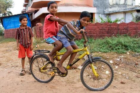 crianças pobres de bicicleta