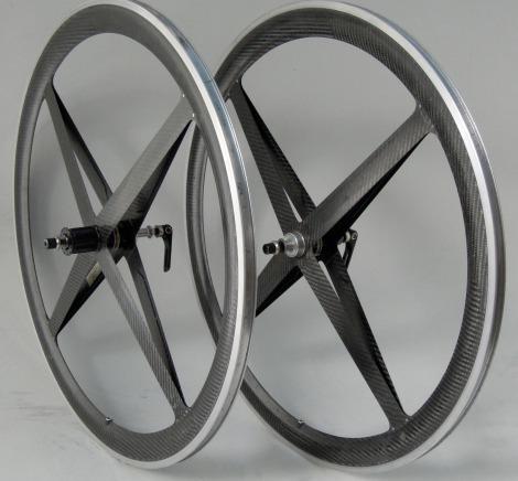 O modelo de rodas Spinergy que foram banidas pela UCI na década de 90, sobe o pretexto de serem perigosas para a integridade física dos atletas.