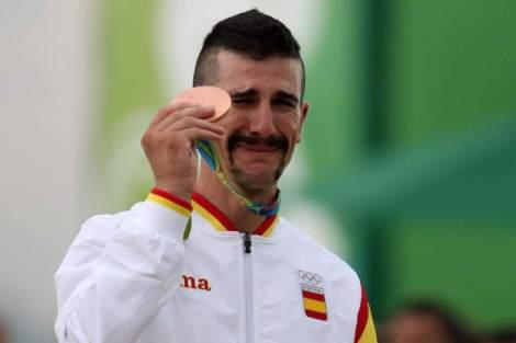 Carlos Coloma Atleta Profisiional de btt XCO, que após ter anuncuado o fim da carreira, consegue o Bronze nos Jogos Olimpicos do Rio De Janeiro 2016. A Última corrida de uma carreira a ser coroada com uma medalha Olimpica.